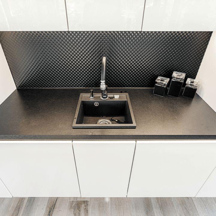 Czarny pikowany panel naścianie kuchni