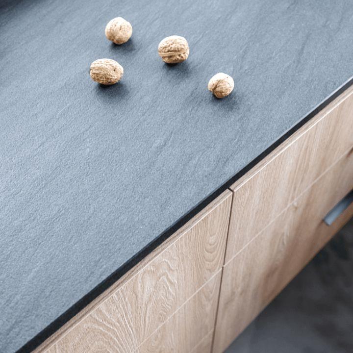 Dolne fronty szafek kuchennych zwłoskiego laminatu wstrukturze drewna