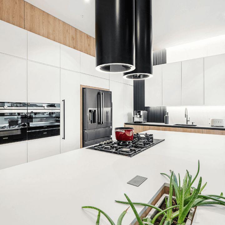 Oświetlenie kuchni nadgórnymi szafkami, półkami, witrynami iwewnątrz mebli