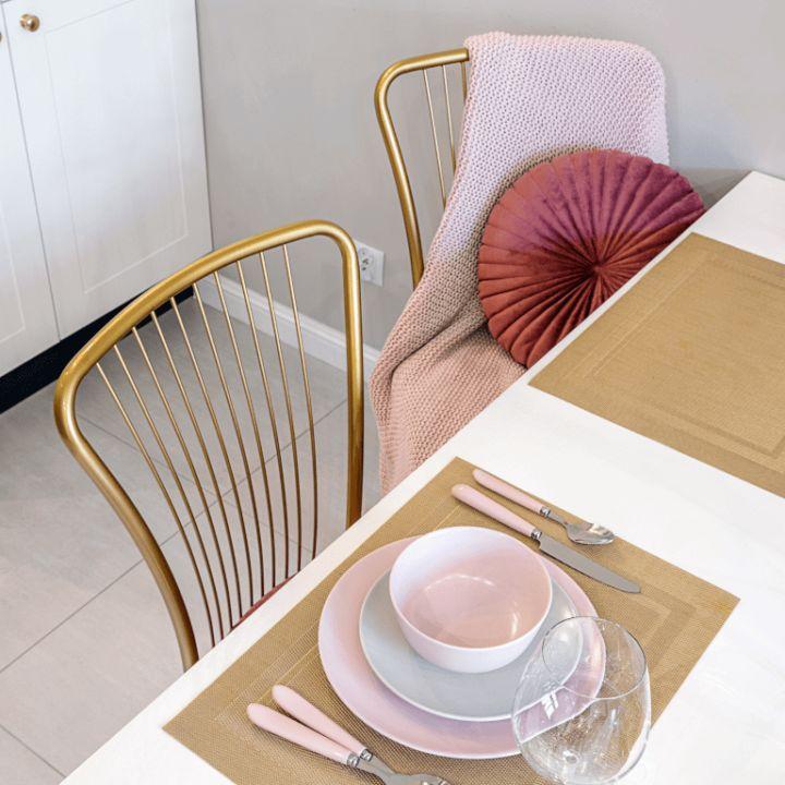 Krzesła zezłotymi ramami iróżowym siedziskiem