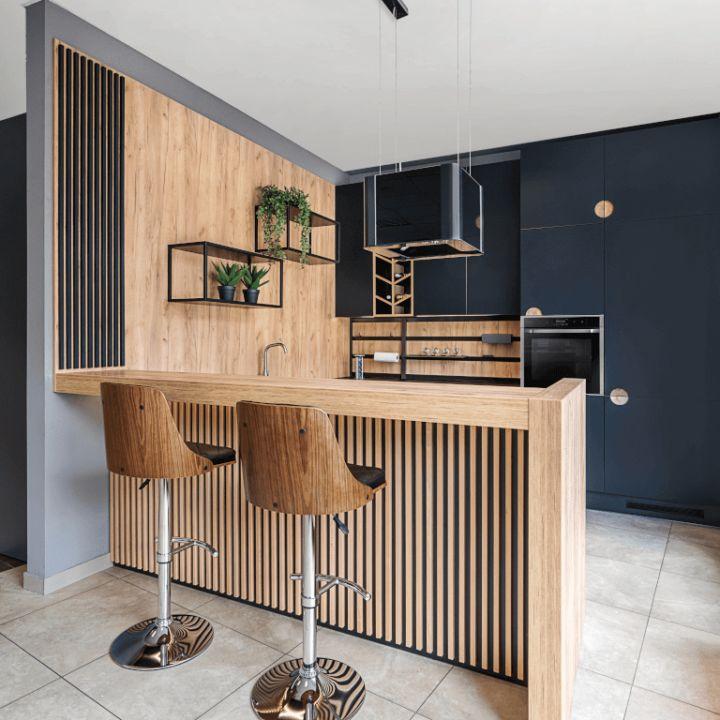 Półwysep kuchenny wykończony drewnianymi lamelami