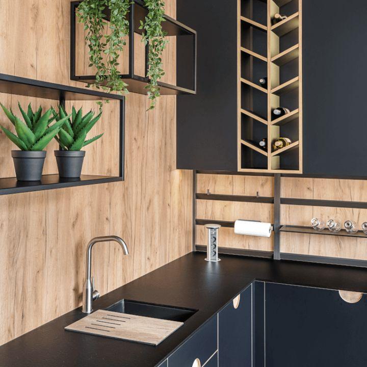 Otwarta półka nawino imetalowe czarne relingi wkuchni